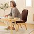 ブラウンカラーの低い椅子