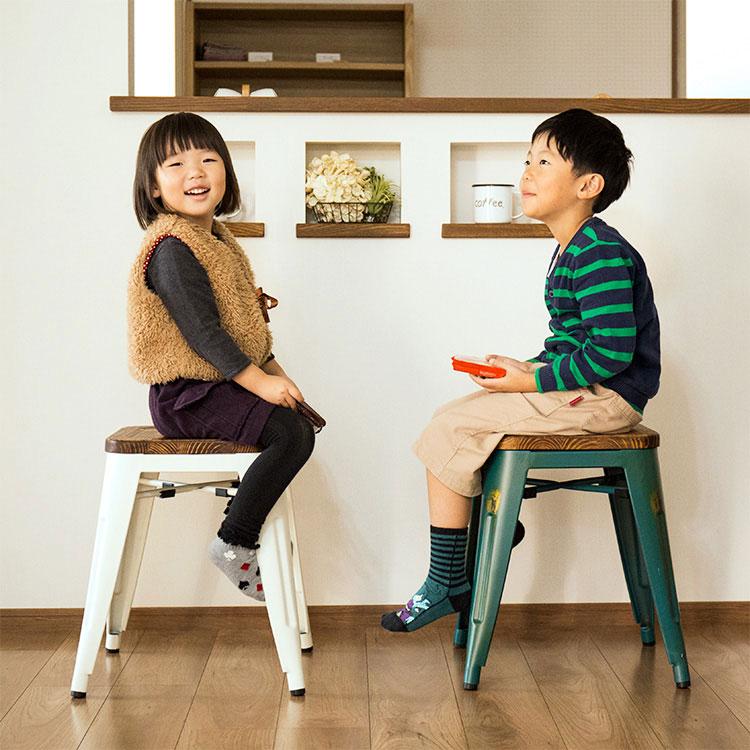 CRANZスツールに座る子供