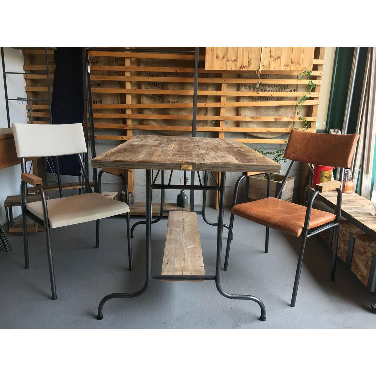 馬革のチェアとダイニングテーブル