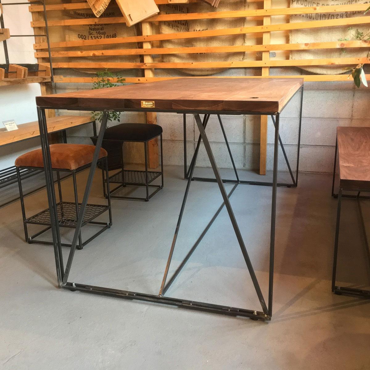アイアン脚のスツールとダイニングテーブル