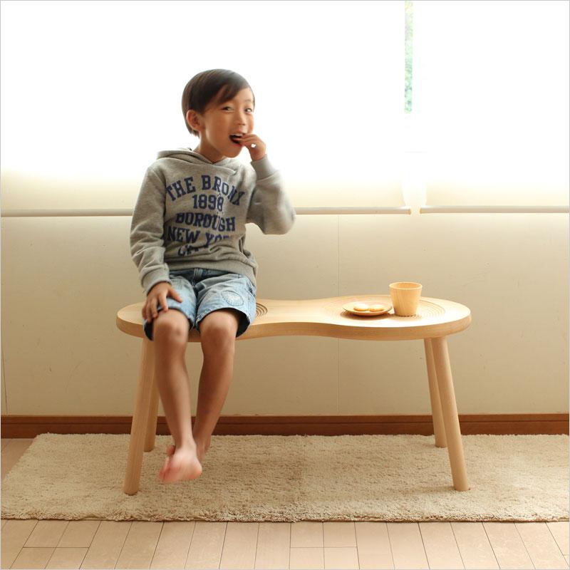 cosine ピーナッツスツールに座る子供