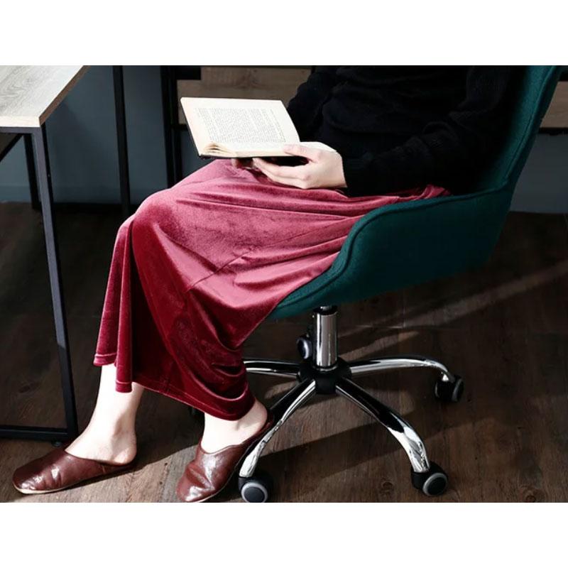 おしゃれで安いオフィスチェアにゆったり座る女性