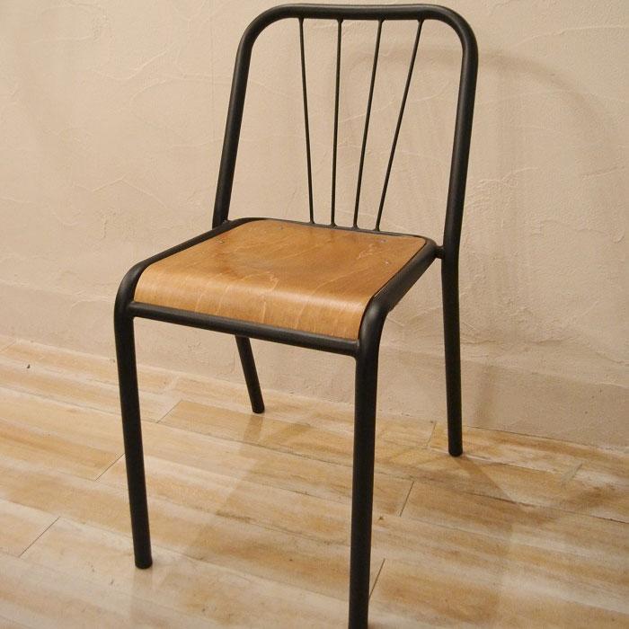 おしゃれカフェにあるアイアンの椅子