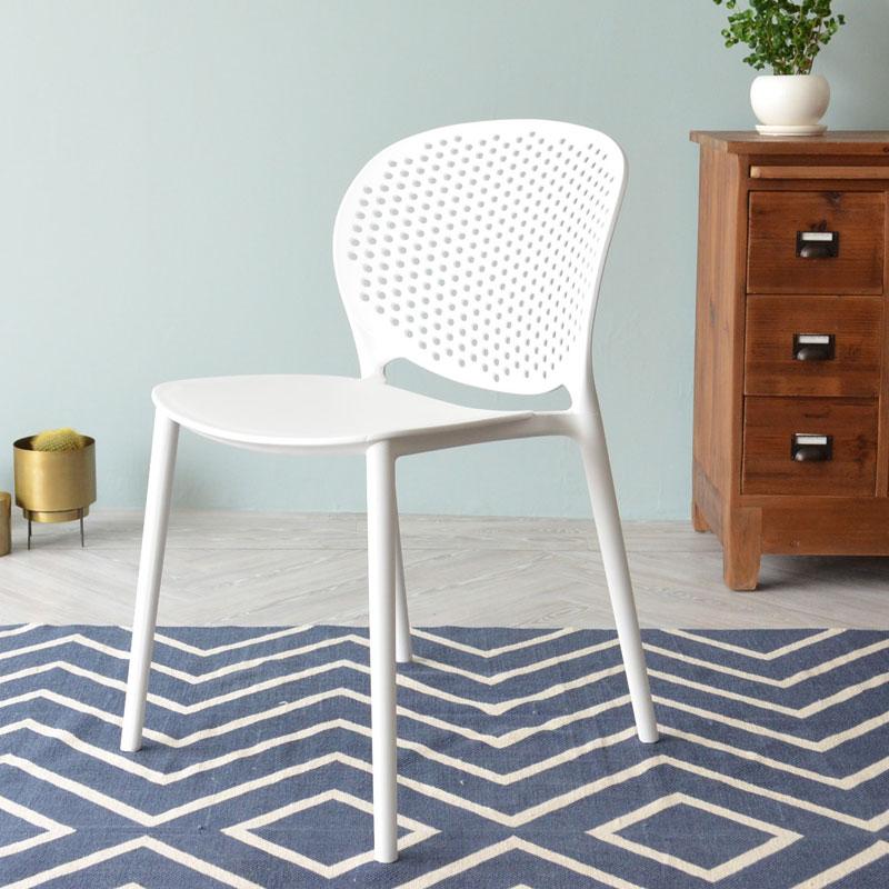 樹脂製のおしゃれな白い椅子