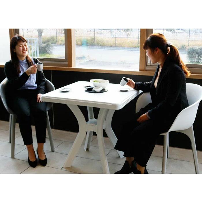カフェのおしゃれな椅子とテーブル