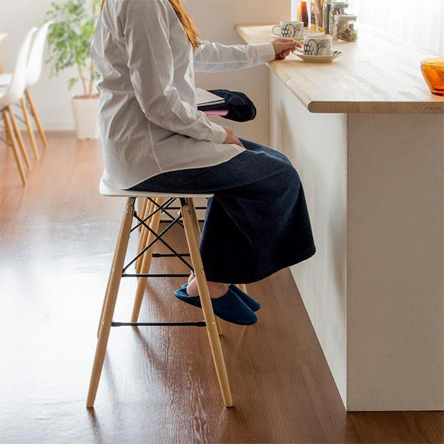 おしゃれなカウンタースツールに座る女性