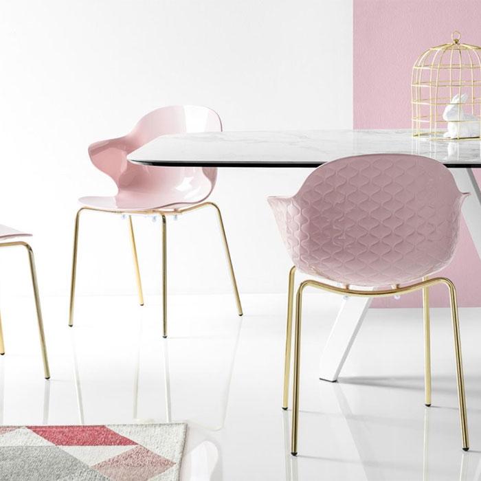 おしゃれなピンクの椅子