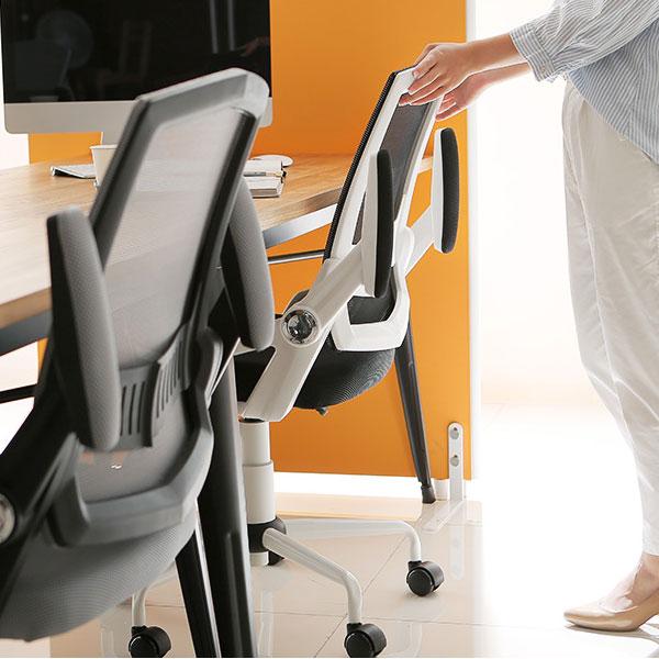 オフィスチェアの可動式アーム
