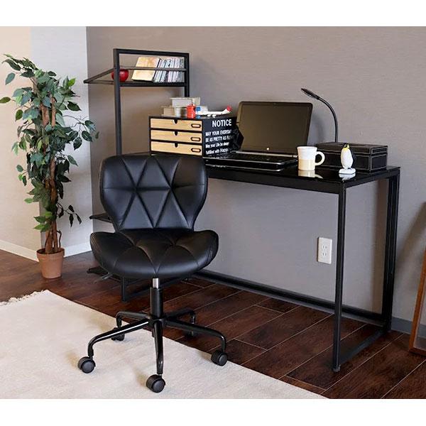 黒いデスクチェアを置いた書斎