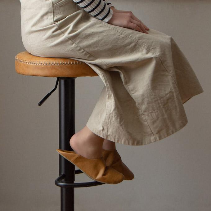 ヴィンテージ系バーチェアに腰掛ける女性