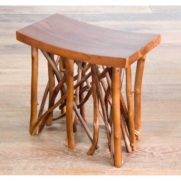 チークの小枝を脚にしたオブジェのような椅子
