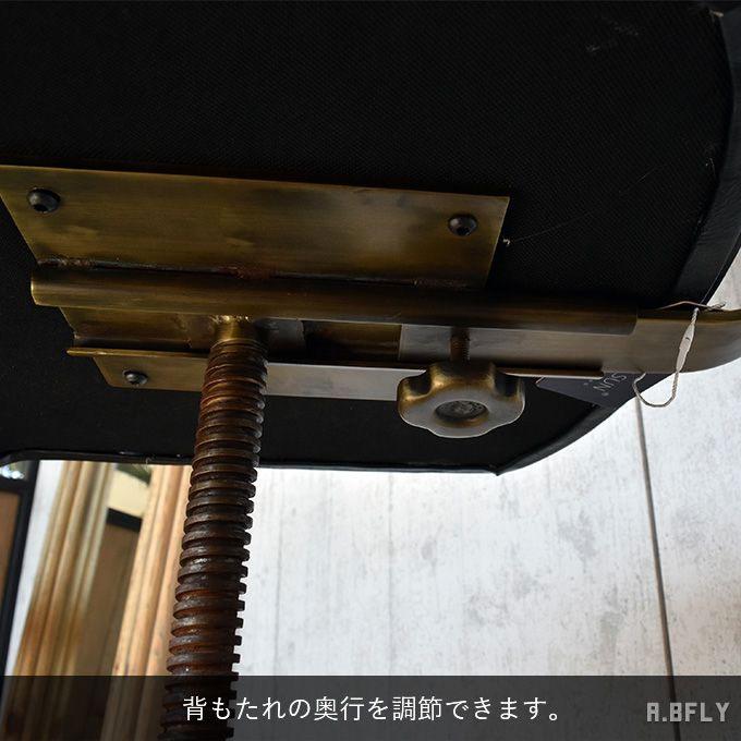座面奥行きの調節が可能なデスクチェア