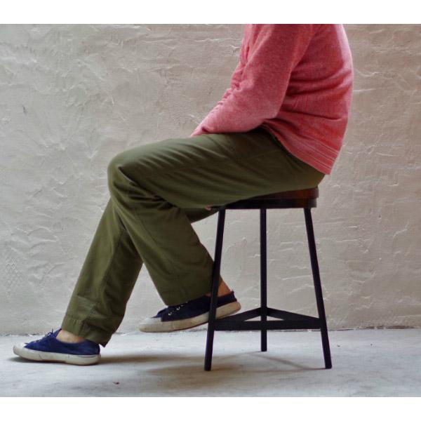 インダストリアル系アイアン・スツールに座る男性