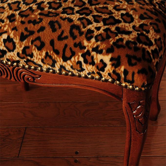 ヒョウ柄の椅子