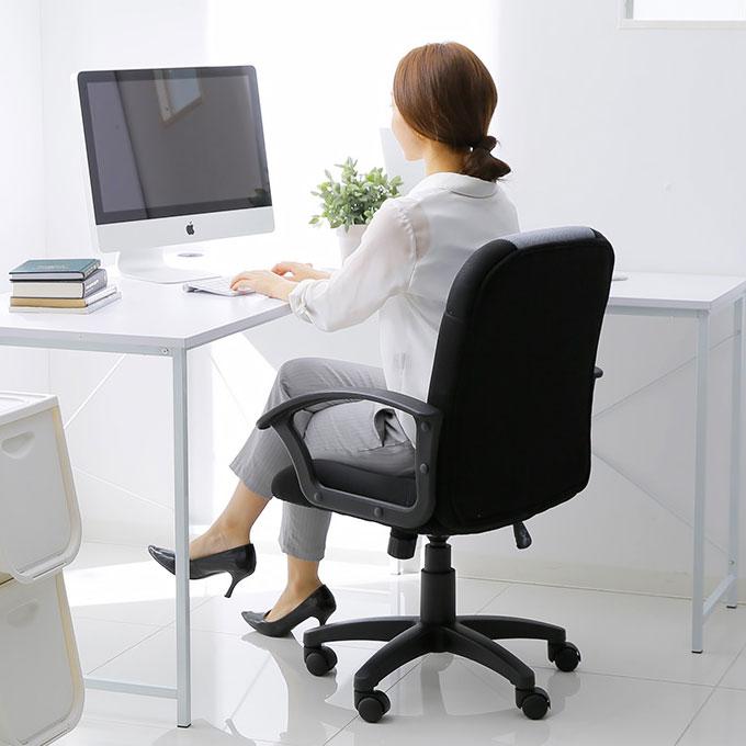 コンパクト・オフィスチェアに座る女性