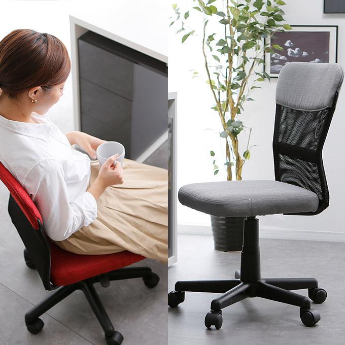 座面が低いデスクチェアに座る女性