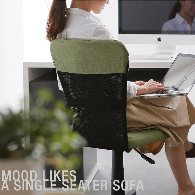 座面が低いデスクチェアで仕事をする女性