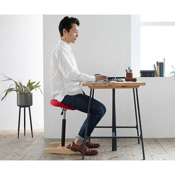 バランスシナジーに座る腰痛の男性