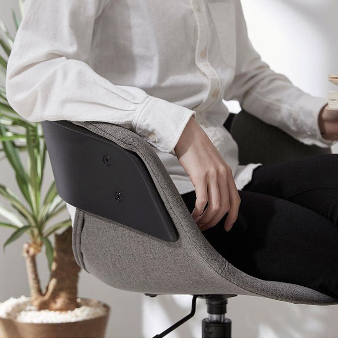 シックなグレーのオフィスチェアに座る男性