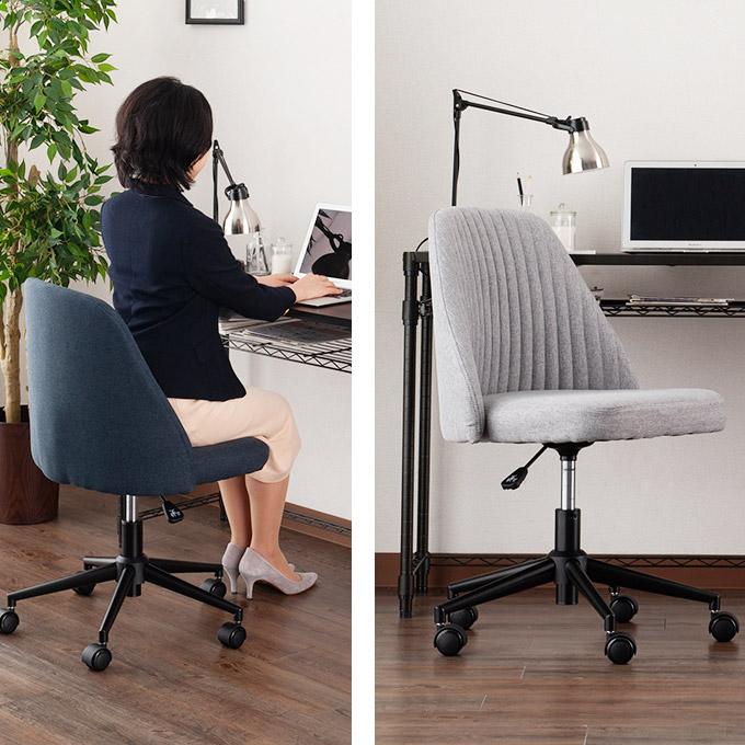 5000円台のおしゃれオフィスチェアで仕事をする女性