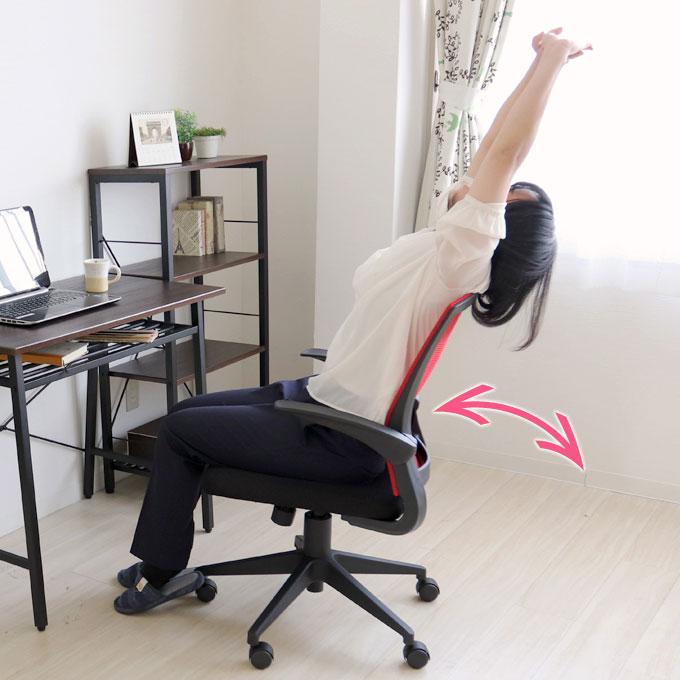 ロッキング機能付きオフィスチェアで伸びをする女性