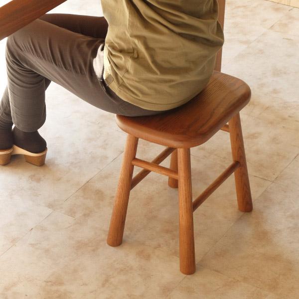 ISSEIKIのおしゃれなスツールに座る女性
