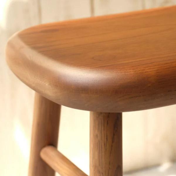 オーク無垢材スツールの厚い座面