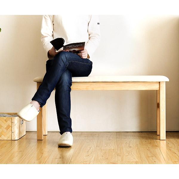 幅95cmのパイン無垢材ベンチに座る女性