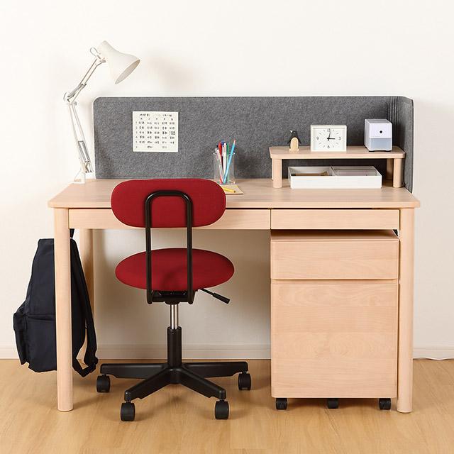 無印良品の赤いデスクチェアと木製デスク