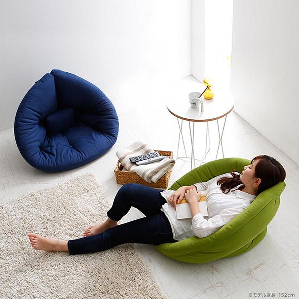 北欧デザインの座椅子でくつろぐ女性