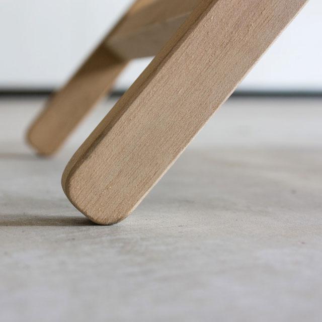 折りたたみ椅子の無垢材フレーム