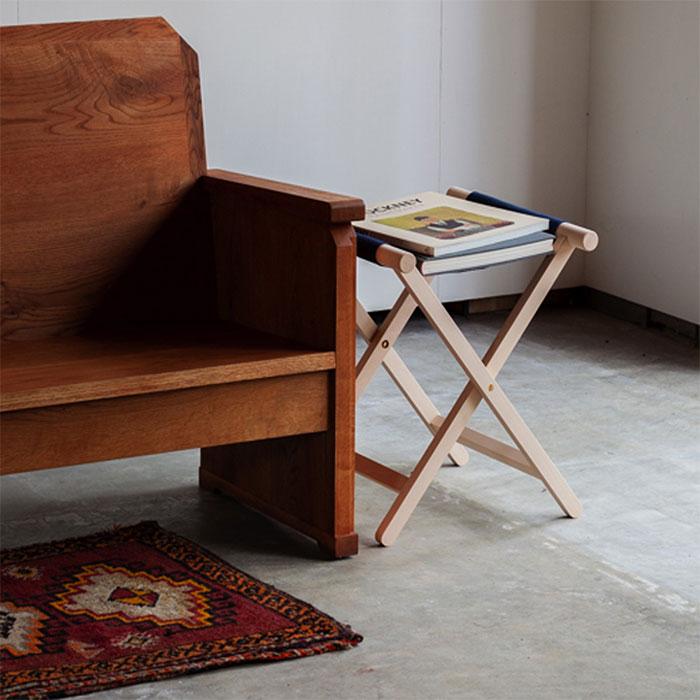 サイドテーブルにした折りたたみ椅子