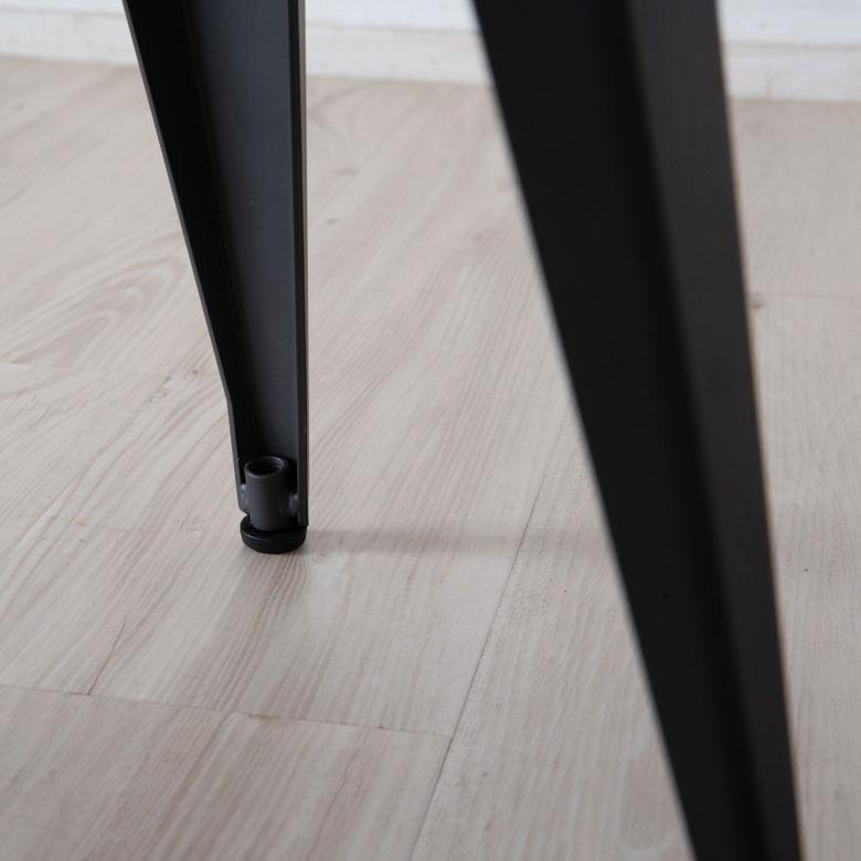 黒いスチール製ベンチの脚先キャップ