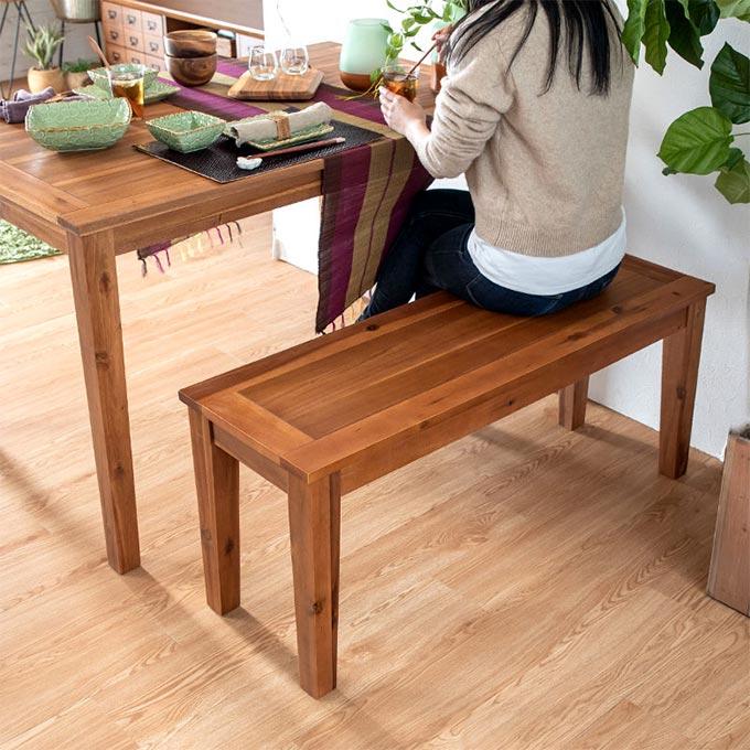 木製ベンチを置いたナチュラル系インテリア