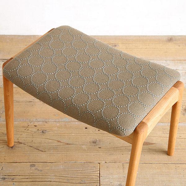 オーク無垢材とベージュの北欧生地を使った椅子