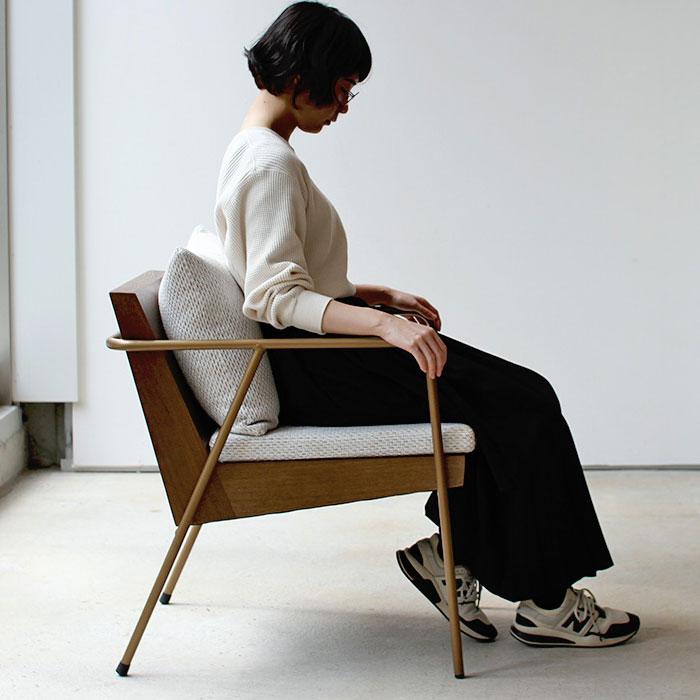 おしゃれな椅子でくつろぐ女性