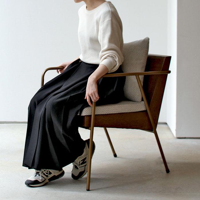 おしゃれな椅子に座る女性