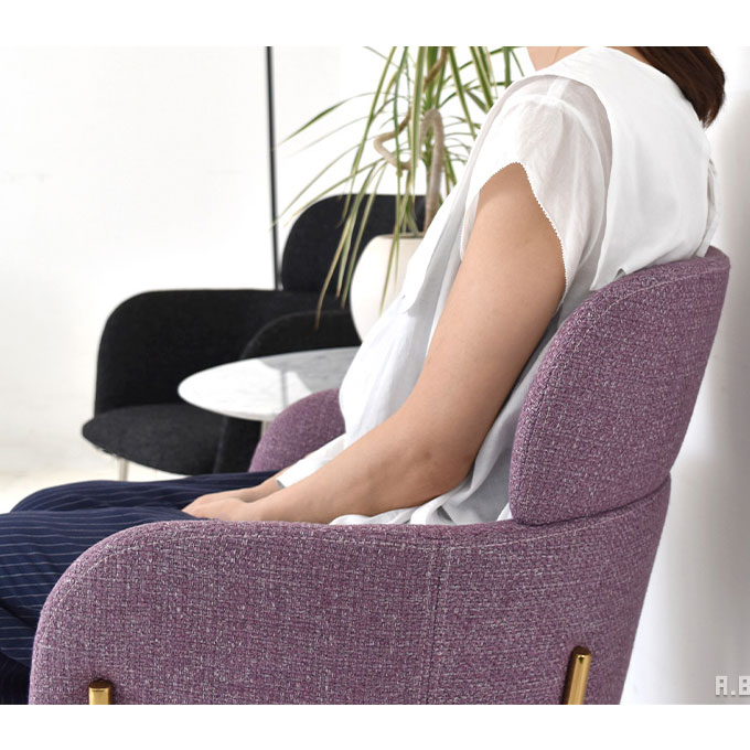 おしゃれなパーソナルチェアに座る女性