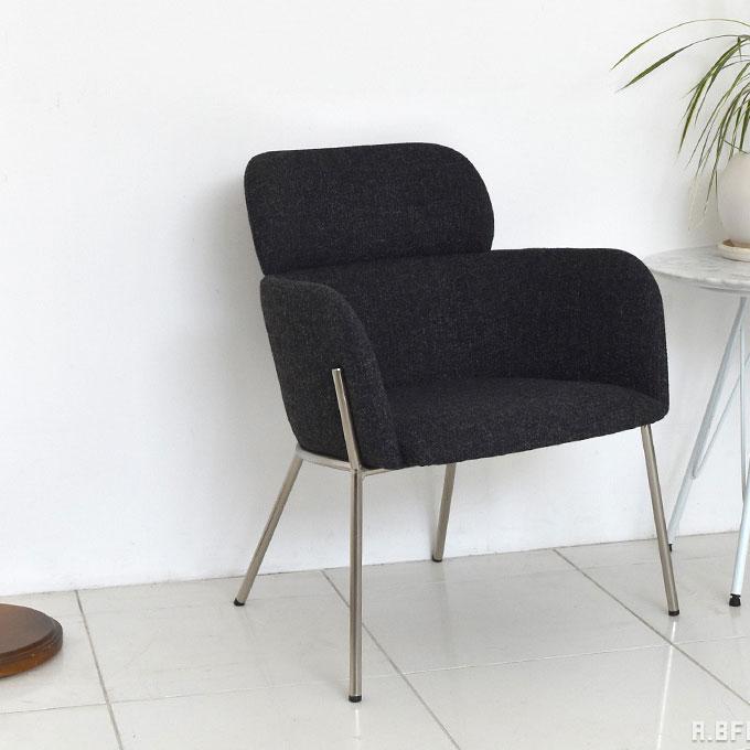 ブラックシートとシルバー脚のおしゃれなパーソナルチェア